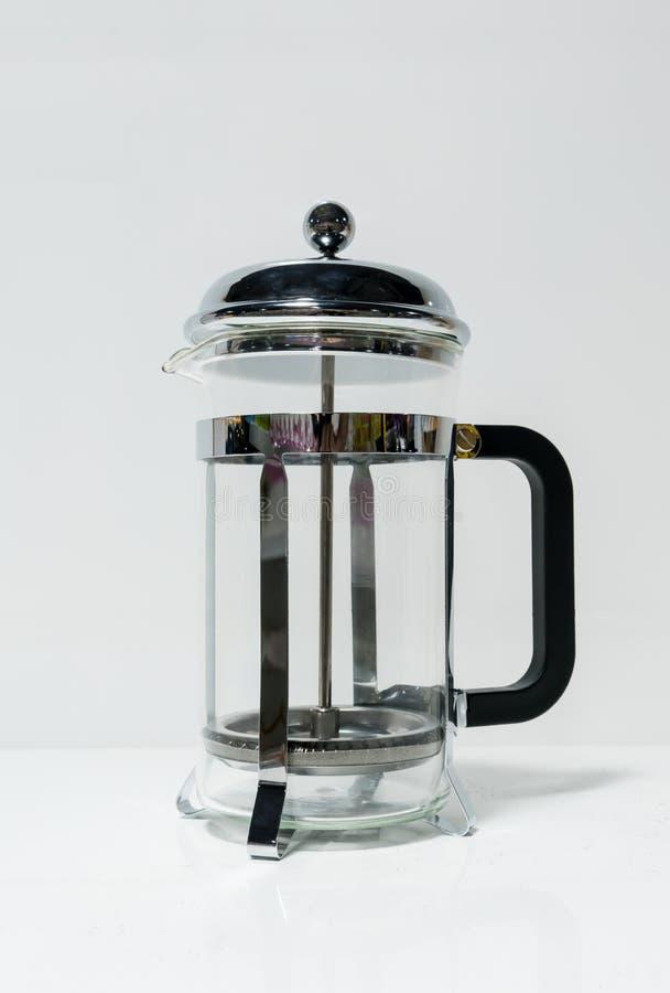 Los franceses presionan el fabricante de café con la manija negra en blanco imagen de archivo