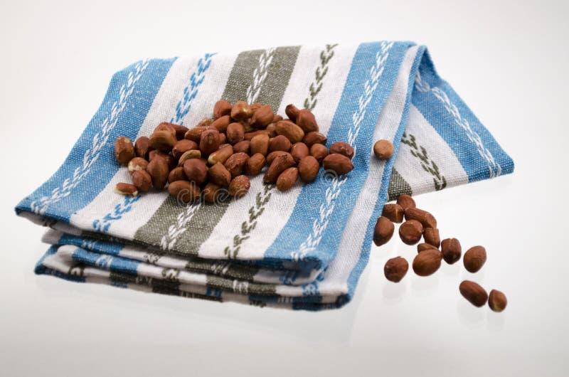 Los frutos secos en un cuenco en una toalla fotos de archivo