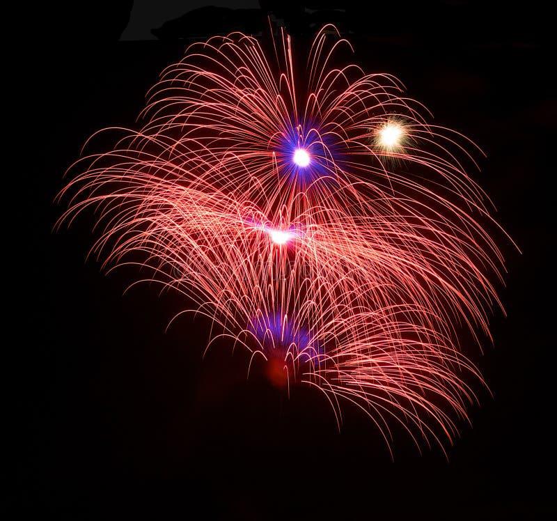 Los fuegos artificiales asombrosos de oro coloridos en el fondo oscuro del cielo, festival de los fuegos artificiales de Malta, 4 fotografía de archivo