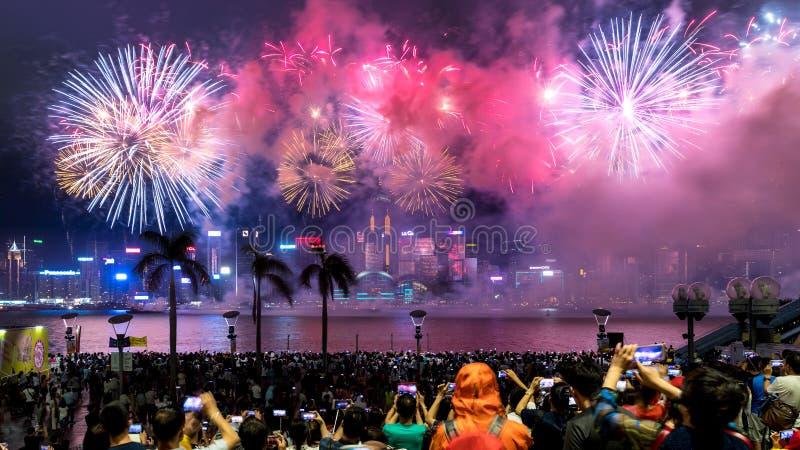 Los fuegos artificiales de la exhibición de los fuegos artificiales del día nacional encienden para arriba a Victoria Harbour de  imagen de archivo