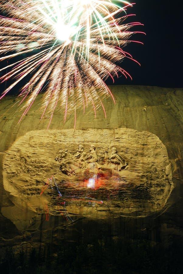 Los fuegos artificiales estallan sobre Stone Mountain, Georgia foto de archivo libre de regalías