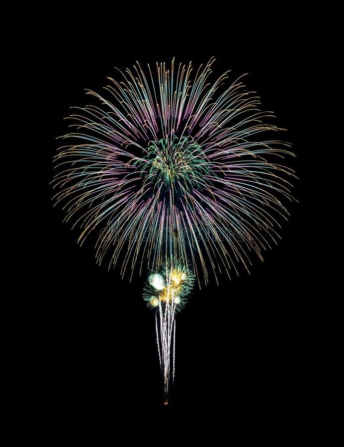 Los fuegos artificiales hermosos se encienden para arriba en el cielo nocturno imagen de archivo