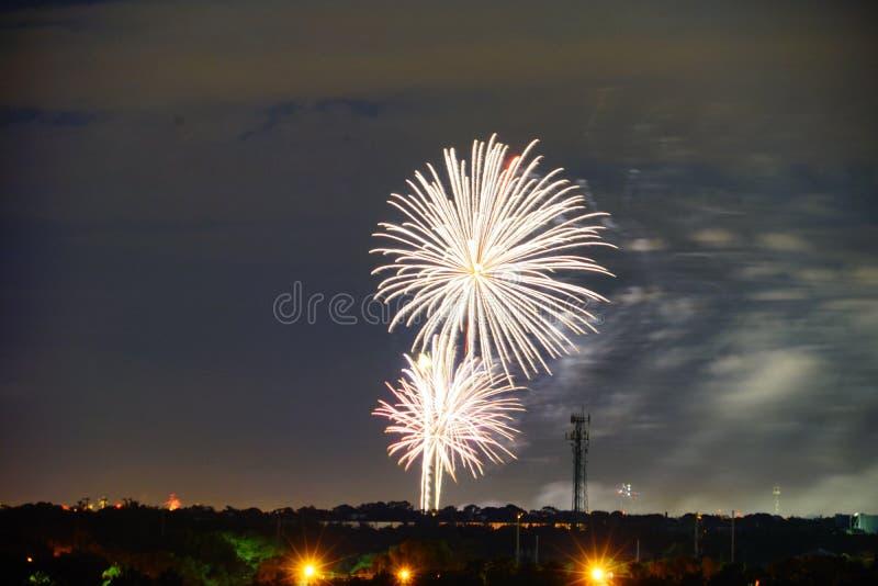 Los fuegos artificiales les gusta la lluvia imagenes de archivo