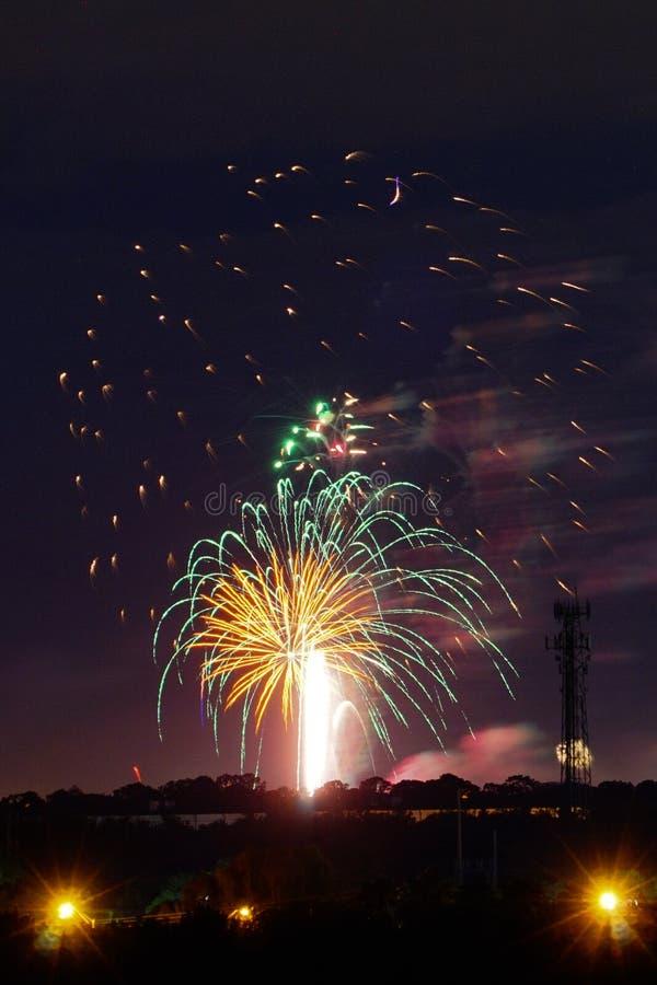 Los fuegos artificiales les gusta la lluvia fotografía de archivo