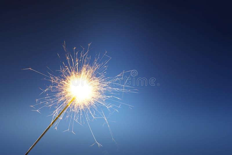 Los fuegos artificiales se pegan con el fuego fotos de archivo
