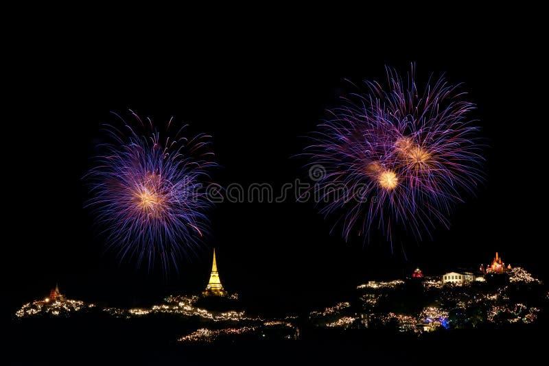 Los fuegos artificiales visualizan en el festival de Phra Nakorn Kiri fotografía de archivo libre de regalías