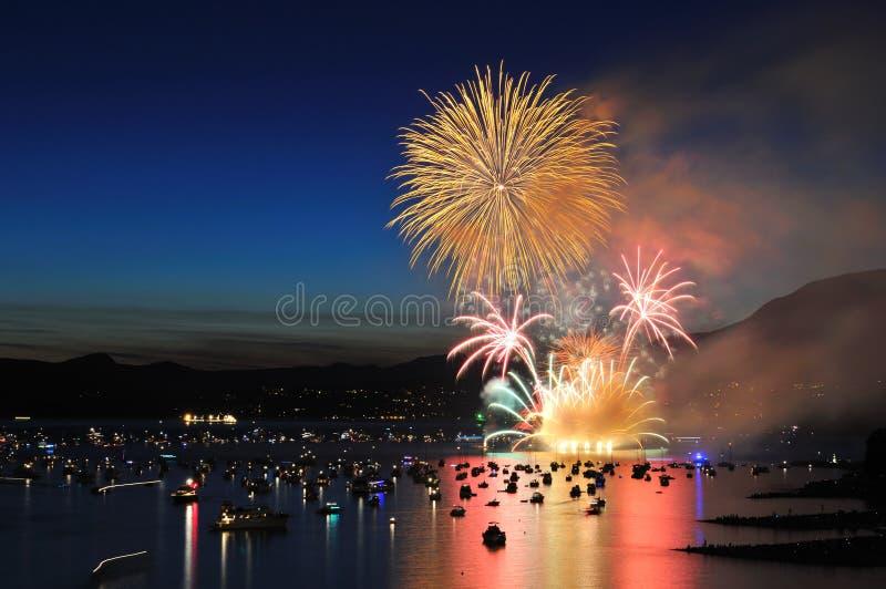 Los fuegos artificiales visualizan en la bahía inglesa imagen de archivo libre de regalías