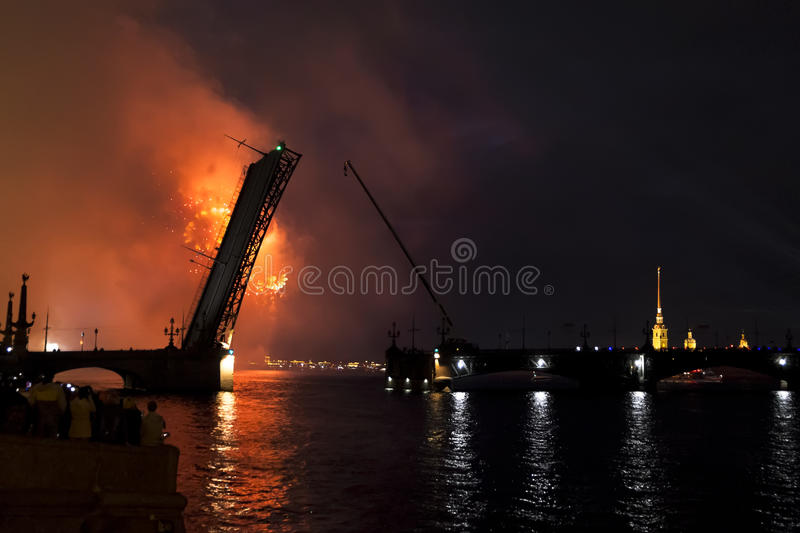 Los fuegos artificiales y un laser muestran en las aguas de Neva River i imagen de archivo libre de regalías