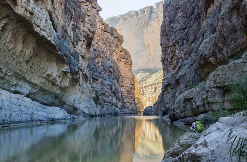 Los funcionamientos de Rio Grande River a través de Santa Elena Canyon fotografía de archivo