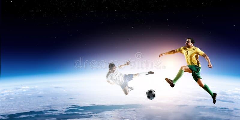 Los futbolistas juegan su mejor partido de fútbol imagenes de archivo
