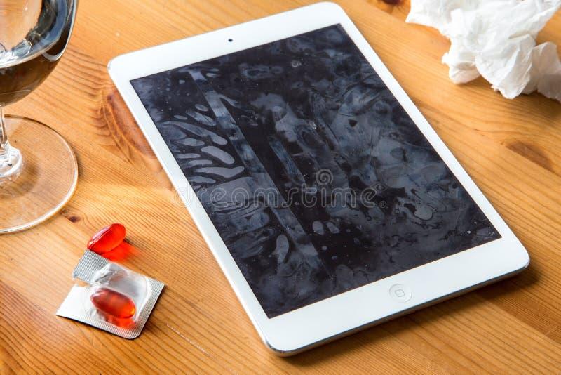 Los gérmenes fríos de la gripe de la gripe separaron el virus en smartphone y la pantalla de tableta infectó las manos que compar imagen de archivo libre de regalías