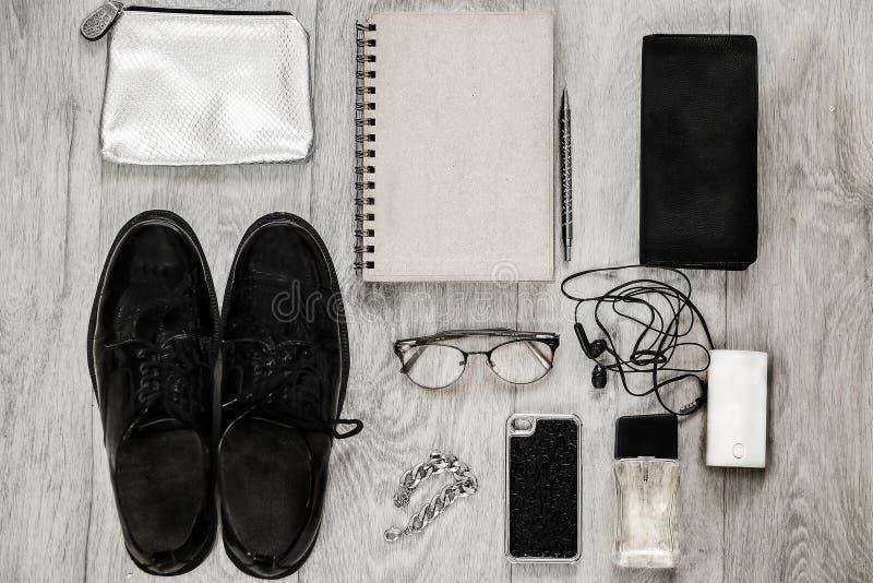 Los gastos indirectos del esencial se oponen en un blogger de la moda imagen de archivo