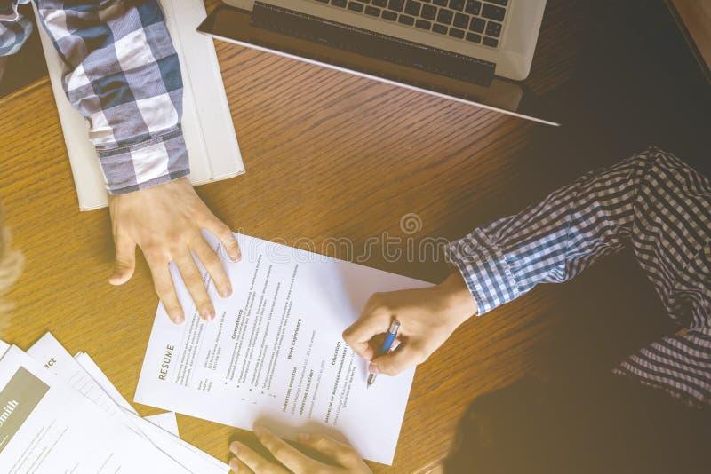 Los gastos indirectos superiores directamente sobre la opinión la persona de alquiler del empleado y examinan el curriculum vitae foto de archivo libre de regalías
