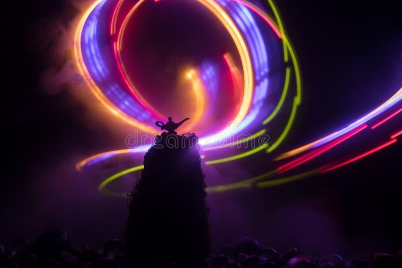 Los genios antiguos de las noches ?rabes de Aladdin dise?an la l?mpara de aceite con el humo blanco de la luz suave, fondo oscuro imágenes de archivo libres de regalías