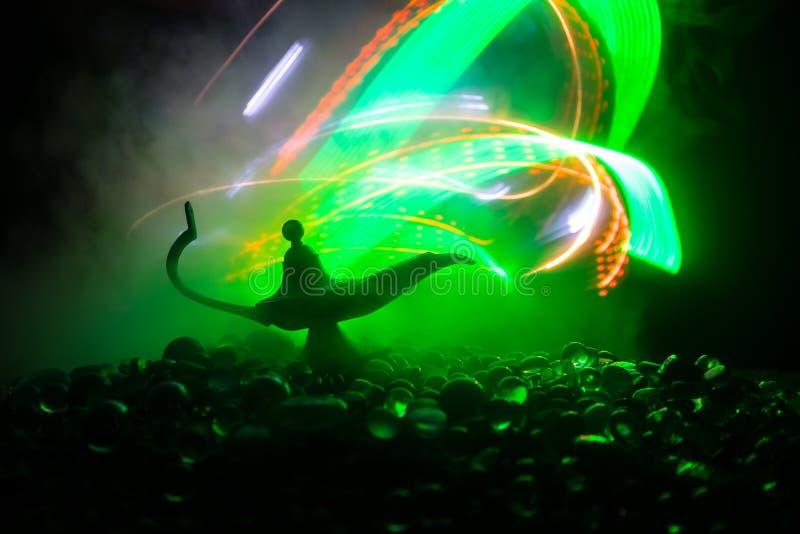 Los genios antiguos de las noches ?rabes de Aladdin dise?an la l?mpara de aceite con el humo blanco de la luz suave, fondo oscuro foto de archivo libre de regalías