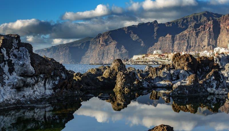 Los gigantes峭壁和圣地亚哥港旅游村庄 免版税库存图片