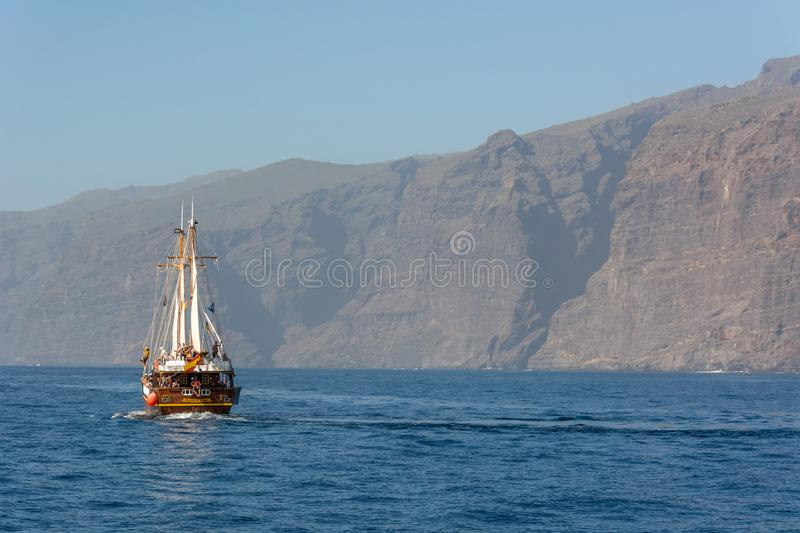 Los Gigantes, Espanha - 8 de fevereiro: Navio da excursão do turista na viagem wathcing do golfinho na costa de Los Gigantes, em  foto de stock