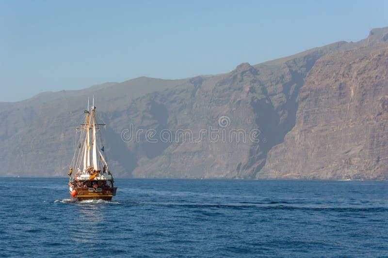 Los Gigantes Hiszpania, Luty, - 8: Turystyczny wycieczkowy statek na delfin wathcing wycieczce przy wybrzeżem Los Gigantes na Lut zdjęcie stock
