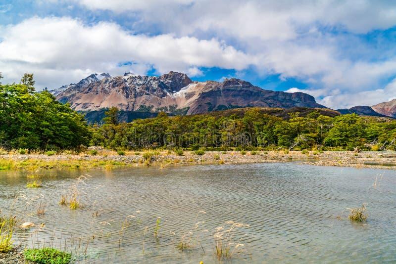 Los Glaciares国立公园风景风景有美丽的山和河的 库存照片