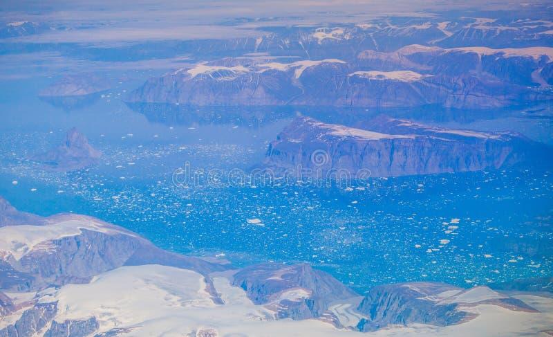 Los glaciares de fusión hielan el océano Groenlandia de las montañas imagen de archivo libre de regalías