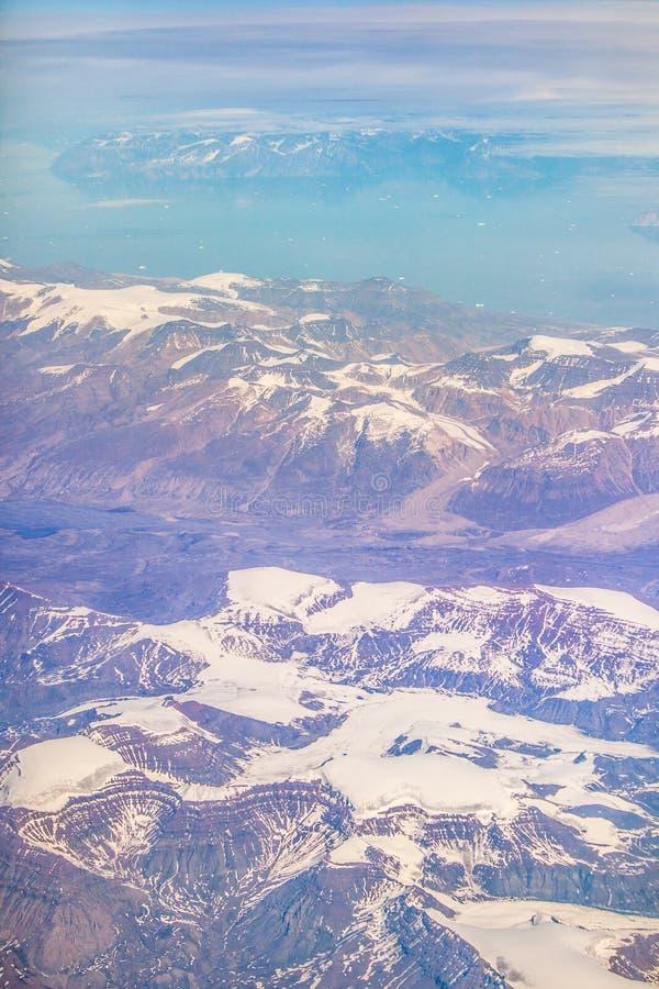 Los glaciares de fusión hielan las montañas de Groenlandia del océano fotos de archivo
