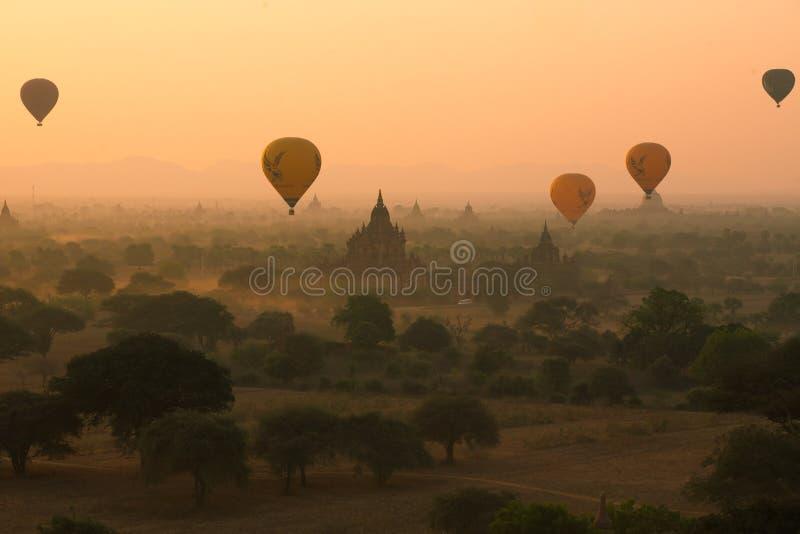Los globos vuelan sobre mil de templos en salida del sol en Bagan, Myanmar fotos de archivo