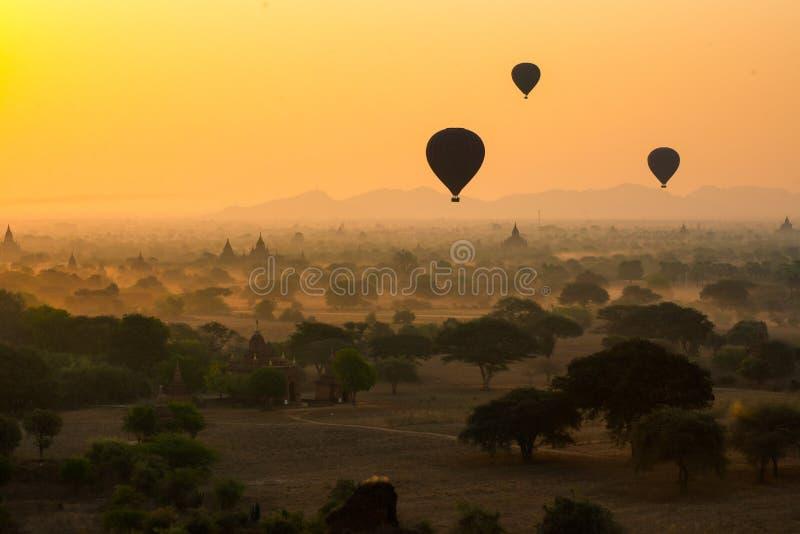 Los globos vuelan sobre mil de templos en salida del sol en Bagan, Myanmar fotografía de archivo libre de regalías
