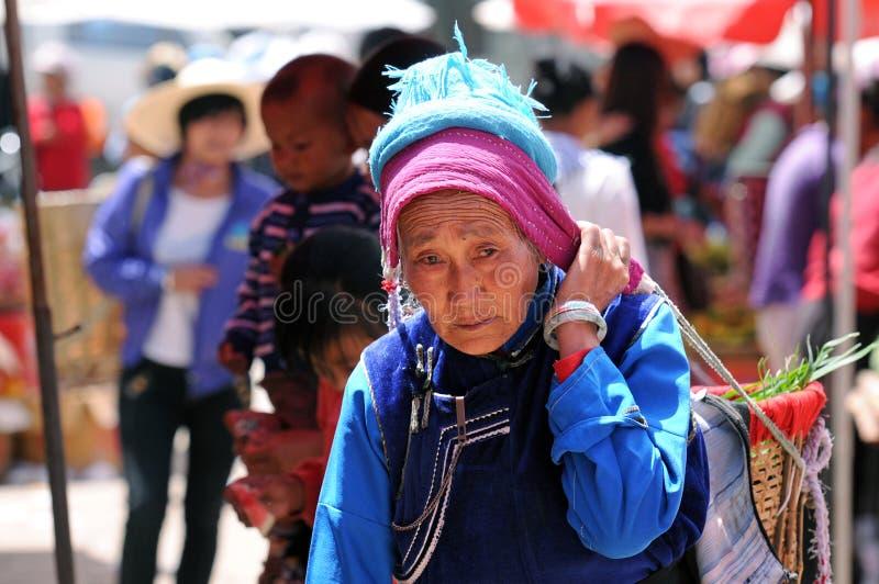 Los granjeros chinos venden sus mercancías en el mercado foto de archivo libre de regalías