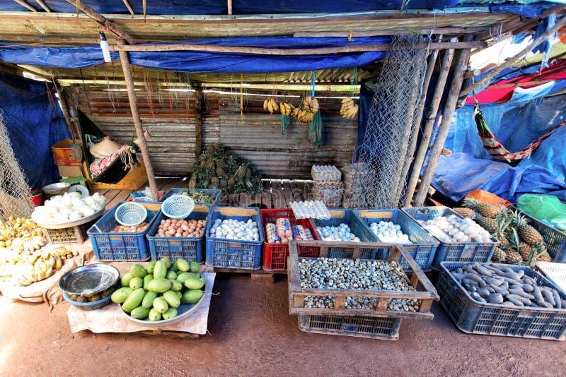 Los granjeros están vendiendo sus productos tales como huevos, verduras y pescados en el mercado de domingo fotografía de archivo