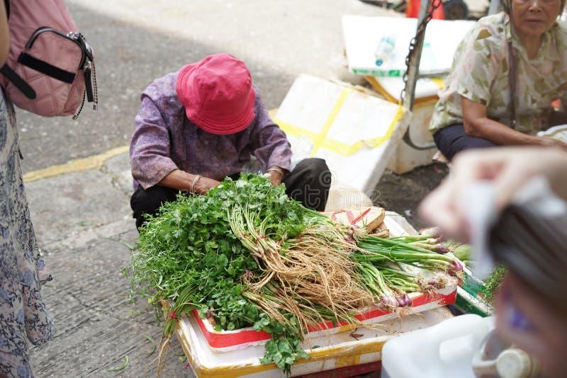 Los granjeros están vendiendo verduras foto de archivo