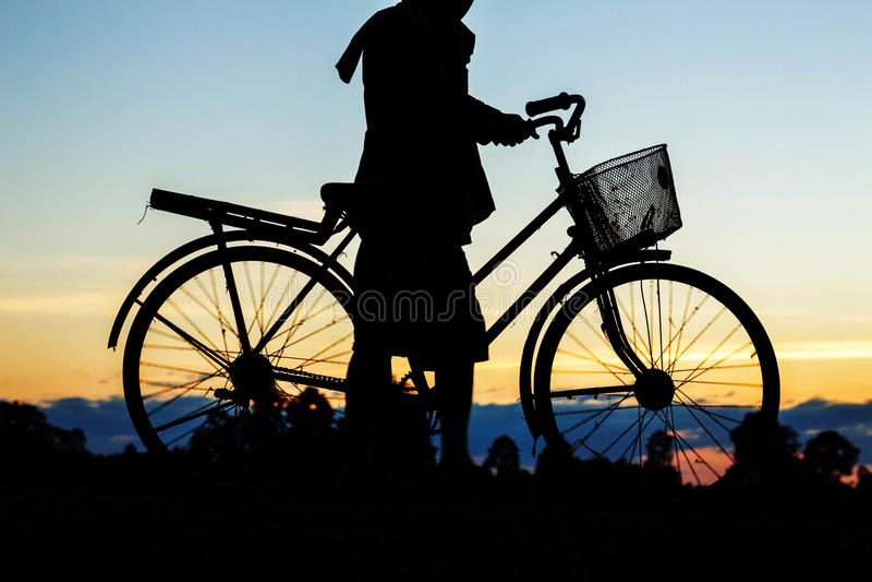 Los granjeros son bicicleta con las siluetas fotos de archivo libres de regalías