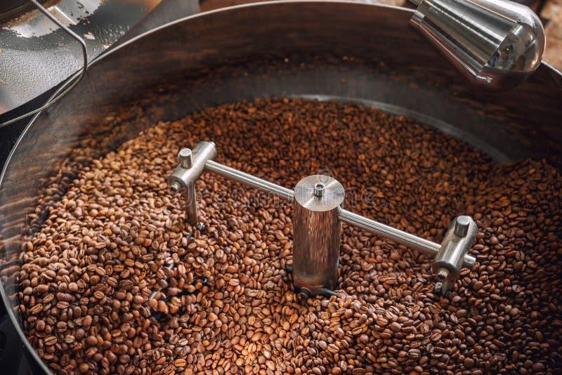 Los granos de café recientemente asados se refrescan en el asador Producci?n del caf? fotografía de archivo
