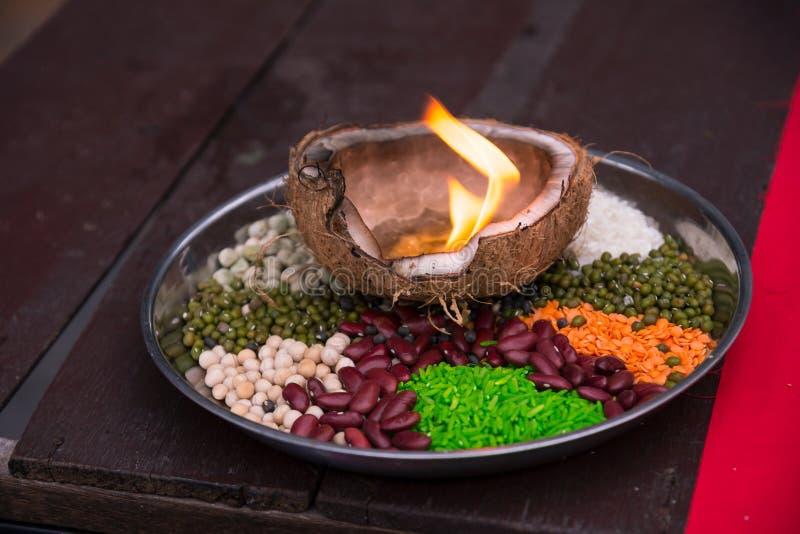 Los granos de cereal 5 colores para dios hindi de la adoración con el fuego son decoros fotos de archivo libres de regalías