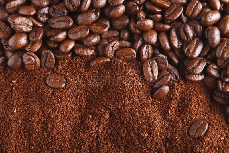 Los granos y la tierra de café, perfeccionan para el fondo imagen de archivo libre de regalías