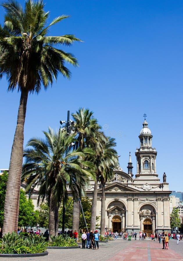 Los grupos de personas pasan el día soleado hermoso que caminan las calles de Santiago cerca de la plaza de Armas imagen de archivo libre de regalías