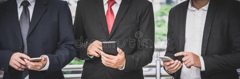 Los grupos empresariales utilizan teléfonos móviles para establecer contactos comerciales, comercio, comunicaciones, existencias, imágenes de archivo libres de regalías