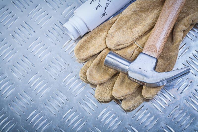 Los guantes protectores del cuero del martillo de garra blueprints en meta acanalada fotos de archivo libres de regalías