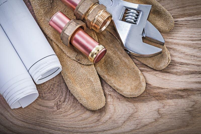 Los guantes protectores revisten adju de las entrerroscas con cobre de la manguera de los modelos del tubo de agua fotos de archivo libres de regalías
