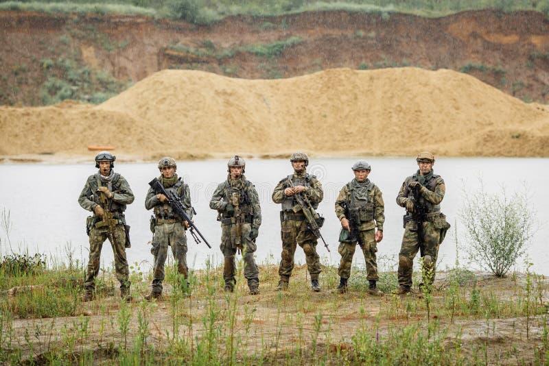 Los guardabosques combinan la situación con el rifle y la mirada de la cámara fotos de archivo