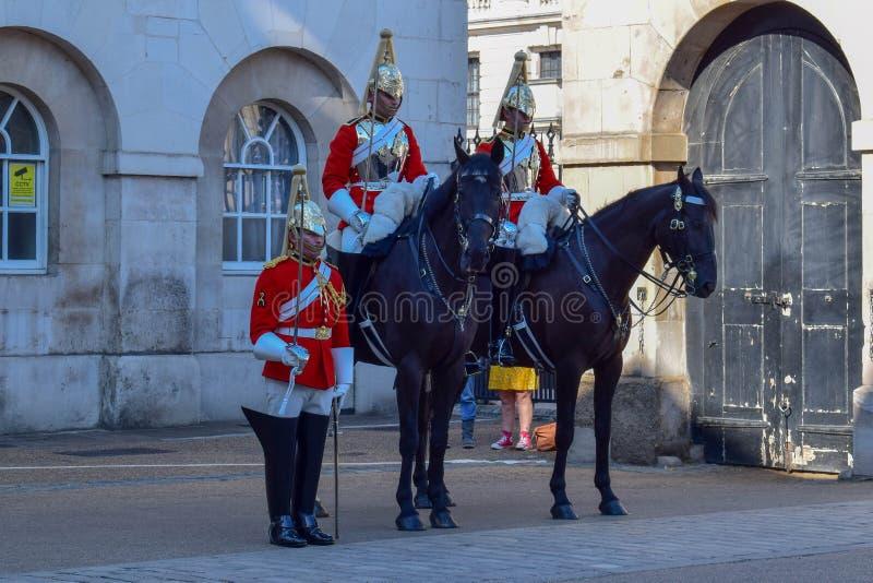 Los guardias de caballo desfilan en Londres, Inglaterra en Sunny Summer Day imagen de archivo