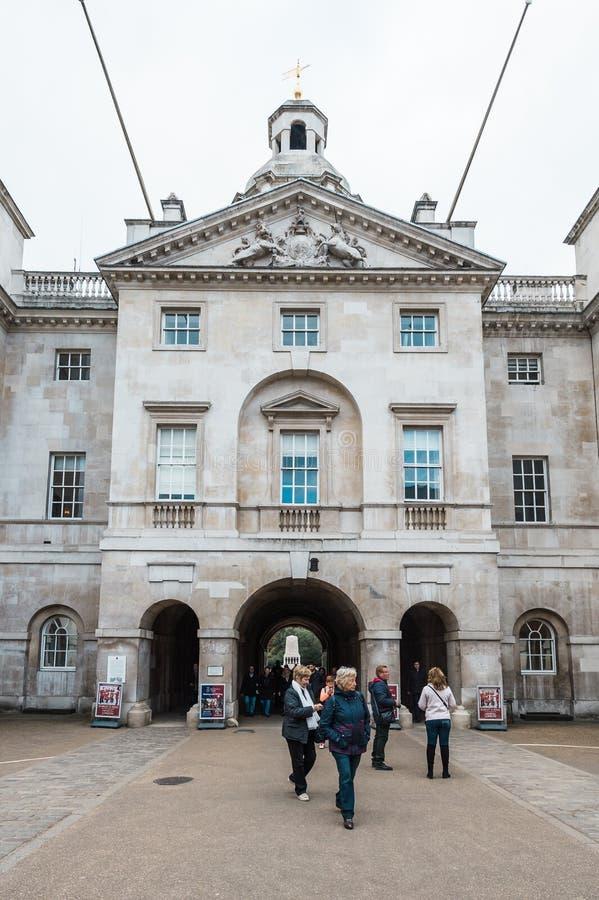 Los guardias de caballo reales desfilan en la casa del Ministerio de marina en Londres foto de archivo
