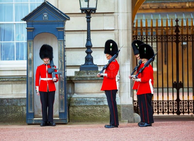 Los guardias de la reina en el Buckingham Palace en Londres, Reino Unido imagenes de archivo