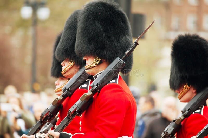 Los guardias de la reina en el Buckingham Palace en Londres, Reino Unido fotografía de archivo libre de regalías