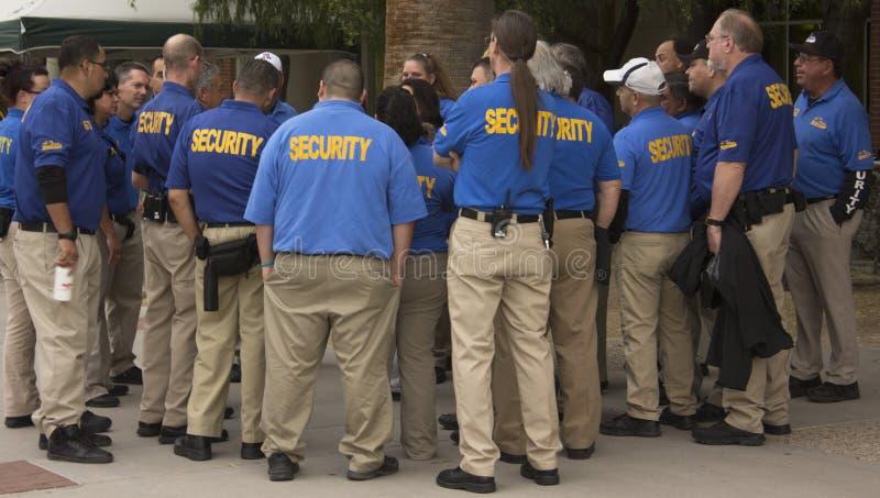 Los guardias de seguridad tienen reunión del equipo fotografía de archivo