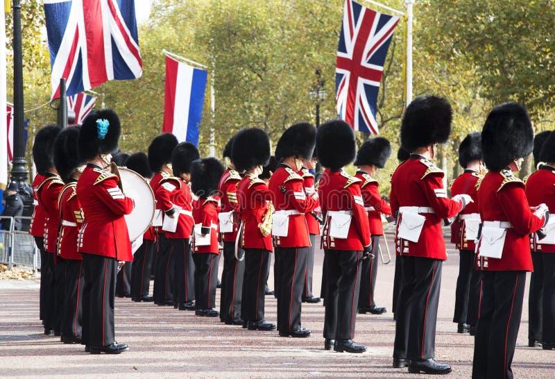 Los guardias del Buckingham Palace durante el cambio tradicional de la ceremonia Londres Reino Unido del guardia fotos de archivo libres de regalías