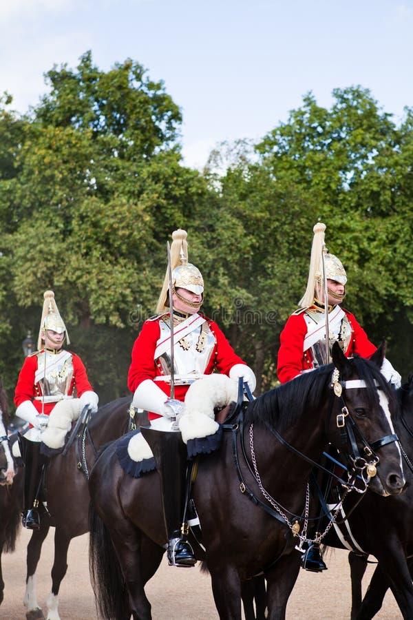 Los guardias del Palacio de Buckingham a caballo fotografía de archivo libre de regalías