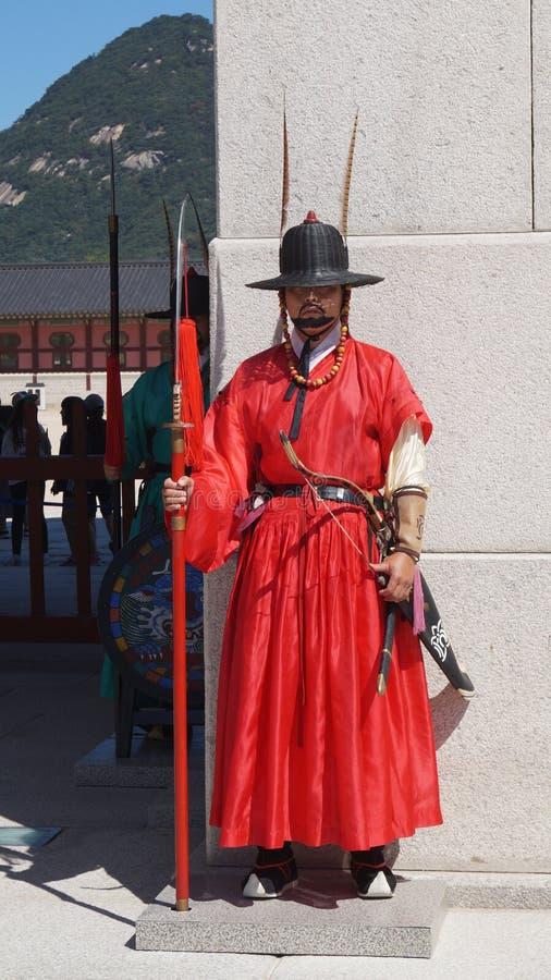 Los guardias del soldado de la guardia colocan el reloj durante el cambio ceremonial del guardia en Gyeongbokgung Seul, el Sur Co foto de archivo