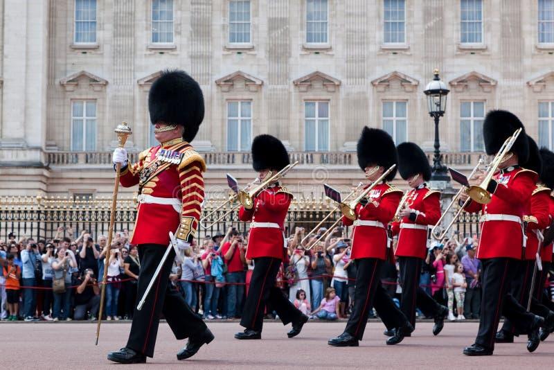 Los guardias reales británicos, la banda militar realizan el cambio del guardia en Buckingham Palace foto de archivo libre de regalías