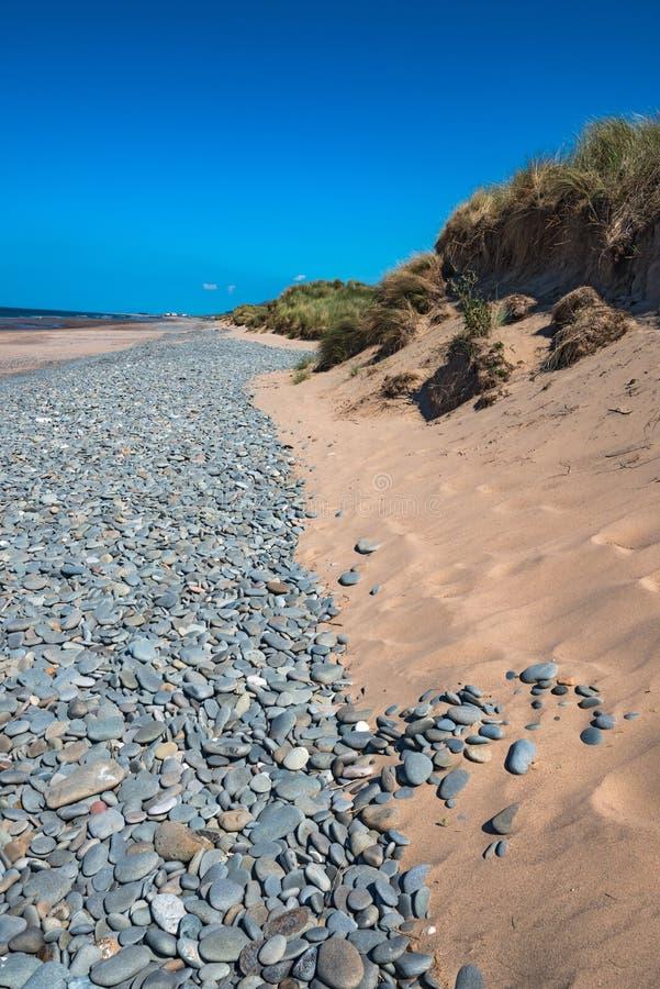Los guijarros grandes del paisaje marino de Aberdovey Aberdyfi País de Gales Snowdonia del destino hermoso extenso BRITÁNICO del  fotos de archivo libres de regalías