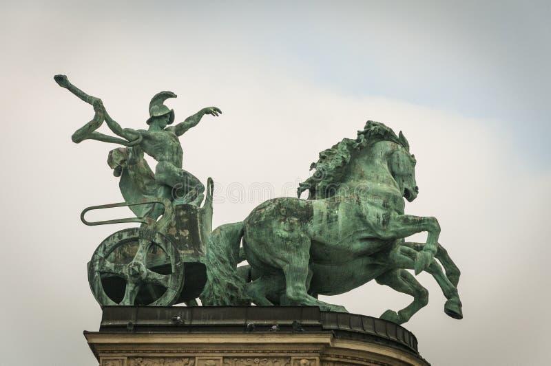 Los héroes ajustan en Budapest tienen estatuas del ` s de Hungría más allá imágenes de archivo libres de regalías
